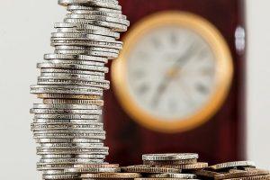 En foto se muestra un reloj y unas monedas dando entender que hay que darse prisa para recuperar tus gastos hipotecarios