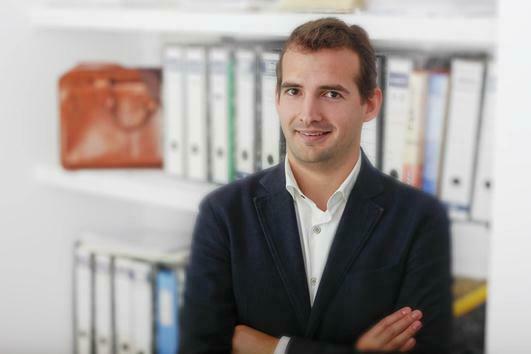 Foto del economista Josep Abad Sintes en despacho de Menorca